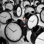 órák között álló férfi