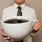 nagy bögre kávét tartó férfi