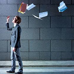 férfi kidobja a kezéből a papírokat