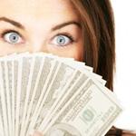 nő arca előtt legyező pénzből