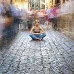 tömegből kitűnik egy földön ülő nő