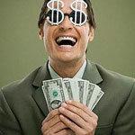 nevető férfi pénzzel a kezében