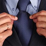 nyakkendőjét igazító férfi