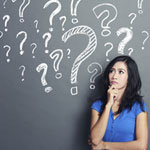 kérdések előtt álló nő