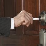 Munkajog: megteheti-e a munkáltató, hogy bezár az irodába?