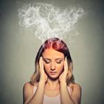 stresszes, fejét fogó nő