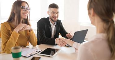 Mi a különbség a munkaerőkölcsönző és a munkaerőközvetítő között?